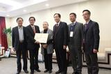 城促会领导向张锦秋院士颁发荣誉证书